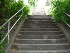 3rd Ave N Stairway: 121 Stairs. Lower End: Aloha St Upper End: Ward St  (upper) Type: Concrete. Parking: Seattle Center